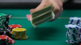赌博危险的打牌者增加堆美元和钥匙从汽车,赌注和 影视素材