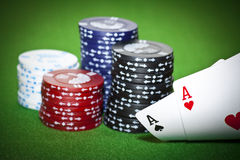 赌博啤牌表二的看板卡筹码 图库摄影