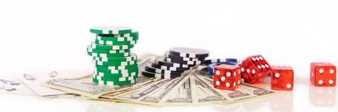 赌博在拉斯维加斯、赌博娱乐场芯片、纸牌和d的概念 免版税图库摄影