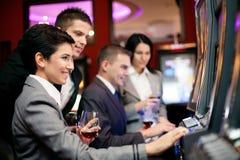 赌博在老虎机的人们 免版税图库摄影