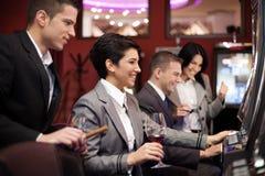 赌博在老虎机的青年人 免版税库存照片