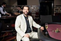 赌博在赌博娱乐场和微笑的人 免版税图库摄影