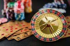 赌博在赌博娱乐场桌里的轮盘赌的赌轮 库存照片