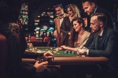 赌博在赌博娱乐场的上层阶级朋友 免版税库存图片