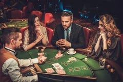 赌博在赌博娱乐场的上层阶级朋友 库存图片