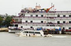 赌博娱乐场可以在Mandovi河靠码头的小船的果阿找到 库存图片