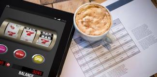 赌博娱乐场在流动屏幕上的老虎机比赛的综合图象 免版税库存照片