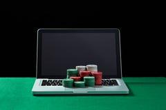 赌博娱乐场在键盘笔记本切削在选材台上 库存照片