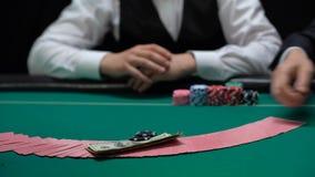 赌博娱乐场打赌经销商拖曳和的球员,把芯片和金钱放在桌上 影视素材