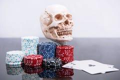赌博娱乐场摘要照片 在红色背景的扑克牌游戏 题材赌博 免版税库存照片