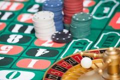 赌博娱乐场有球的轮盘赌的赌轮在第7 库存照片