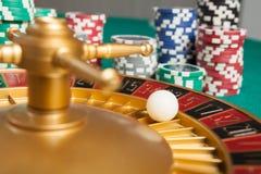 赌博娱乐场有球的轮盘赌的赌轮在第5 免版税图库摄影