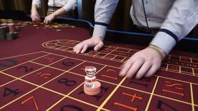 赌博娱乐场概念 卡片经销商,成交卡片的副主持人 人赌博,使用,hd 影视素材
