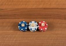 赌博娱乐场比赛芯片和标签在一个木板 库存图片
