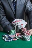 赌博娱乐场球员展示他的卡片 库存图片