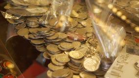赌博娱乐场老虎机用英国填装了10枚便士硬币 免版税库存照片