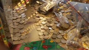 赌博娱乐场老虎机用英国填装了10枚便士硬币 库存图片