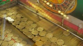 赌博娱乐场老虎机用英国填装了10枚便士硬币 库存照片