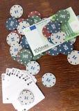 赌博娱乐场芯片和卡片和一一百欧元在桌上 库存图片
