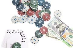 赌博娱乐场芯片和卡片和一百美元在白色背景 库存照片