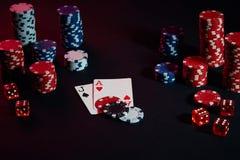 赌博娱乐场芯片和卡片在黑桌上浮出水面 赌博,时运、比赛和娱乐概念-接近  图库摄影