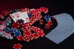 赌博娱乐场芯片和卡片在黑桌上浮出水面 赌博,时运、比赛和娱乐概念-接近  库存图片