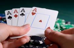 赌博娱乐场芯片和四亲切的组合在妇女的手上 扑克牌游戏概念 免版税库存图片