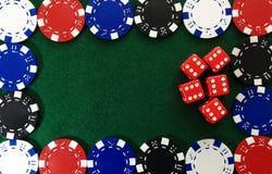 赌博娱乐场芯片和红色模子在绿色背景 免版税图库摄影