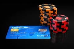 赌博娱乐场芯片堆和信用卡 图库摄影