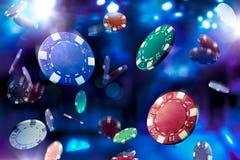 赌博娱乐场芯片落的大反差图象 免版税库存图片