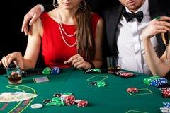 赌博娱乐场赌博的夫妇 免版税库存图片