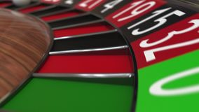 赌博娱乐场轮盘赌的赌轮球击中17十七黑色 股票录像
