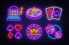 赌博娱乐场霓虹汇集传染媒介象 赌博娱乐场象征和标签,明亮的霓虹灯广告,老虎机,轮盘赌,啤牌,模子 向量例证