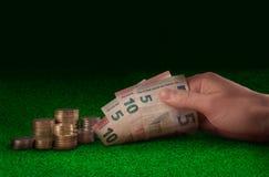 赌博娱乐场,赌博交换金钱在绿色赌博娱乐场桌上 财务、货币、投资、成功、交换率、事务和peop 免版税库存照片