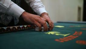 赌博娱乐场:经销商拖曳啤牌卡片 没有安定的录影射击,那里是振动和一点噪声 影视素材