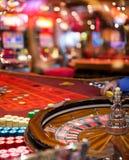 赌博娱乐场-在行动的轮盘赌与被弄脏的槽孔 库存照片