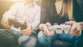 赌博比赛在电视或显示器的戏剧录影 游戏玩家概念 免版税库存照片