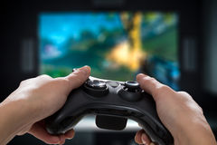 赌博比赛在电视或显示器的戏剧录影 游戏玩家概念 免版税库存图片