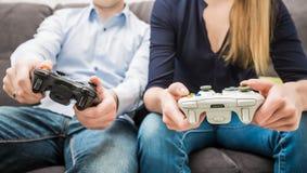 赌博比赛在电视或显示器的戏剧录影 游戏玩家概念 库存照片