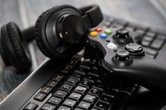 赌博比赛在电视或显示器的戏剧录影 游戏玩家概念 库存图片