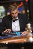 赌博的人轮盘赌表 免版税库存图片