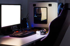 赌博的定制的台式计算机在与控制杆,显示器,键盘,在低灯下的椅子的桌上 选择聚焦 免版税库存照片