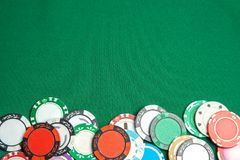 赌博的概念在赌博娱乐场,体育啤牌 在绿色赌桌上的色的赌博芯片 复制文本的空间 免版税图库摄影