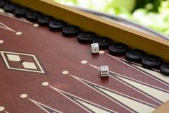 赌博的步步高骨头正方形白色模子有被弄脏的背景 库存照片