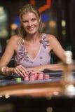赌博的轮盘赌表妇女 库存照片
