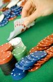 赌博看板卡的筹码 免版税库存照片