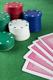 赌博看板卡的筹码 库存图片