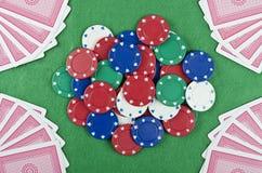 赌博看板卡的筹码 库存照片