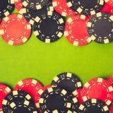 赌博红色的黑色筹码 库存图片
