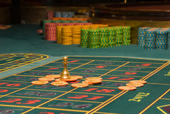 赌博轮盘赌表的筹码 免版税库存照片